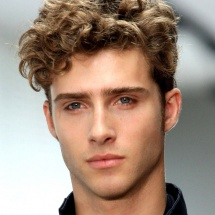 curly-hairstyles-for-men-800x1024